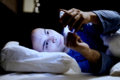睡眠障害に肌荒れの原因 寝る前スマホの癖をやめる3つの方法