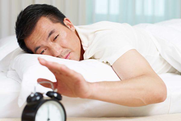 目覚まし時計を使わず起きる人たち 無職の割合がわかりやすい結果に ...