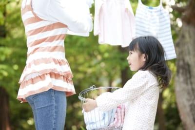洗濯物を干す子供