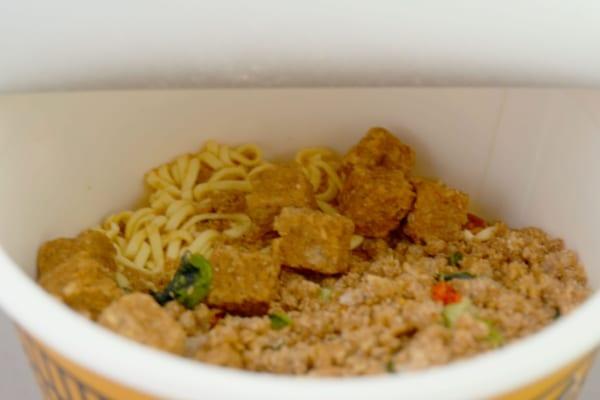 カップヌードル 肉食リッチ 贅沢肉盛り担々麺 中身