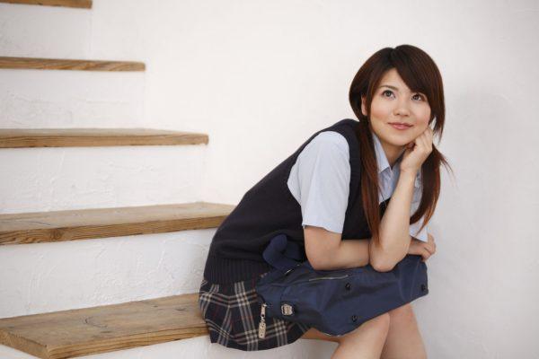 階段に座り込む女子高生