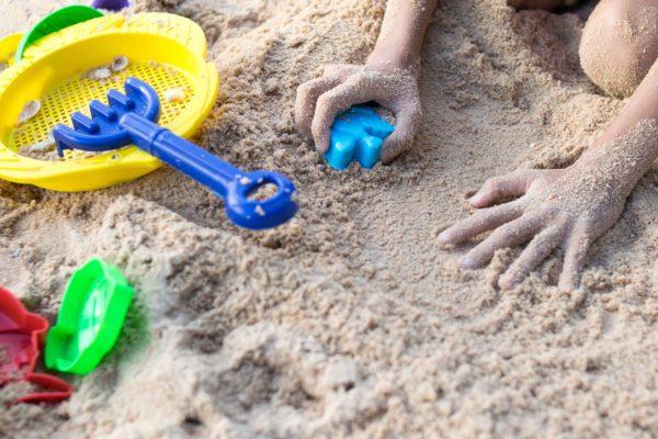 砂場で遊ぶ女児