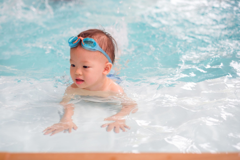 プールで泳ぐ幼児