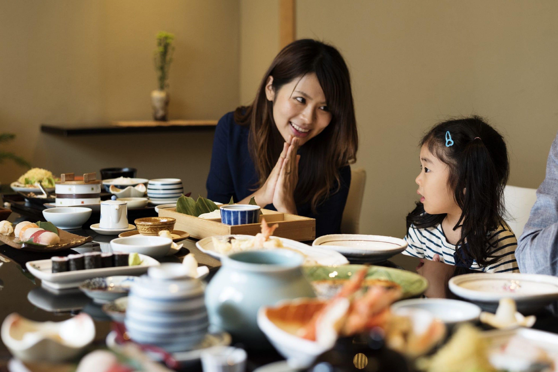 食事する親子