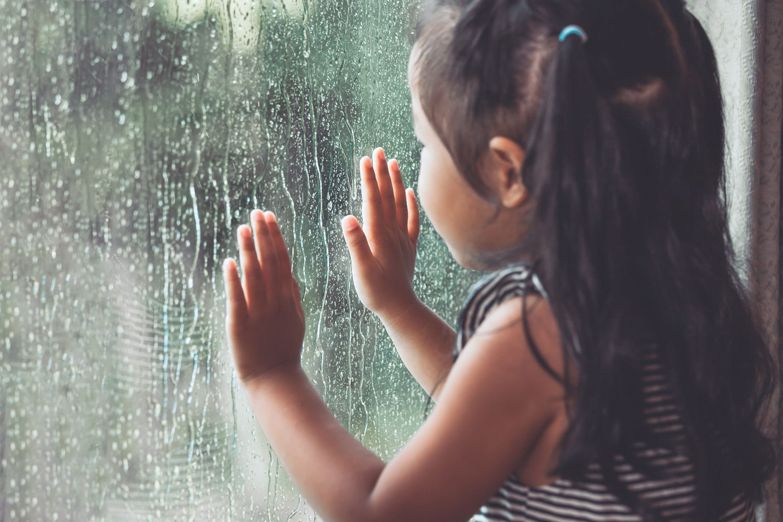 窓の外を眺める女児