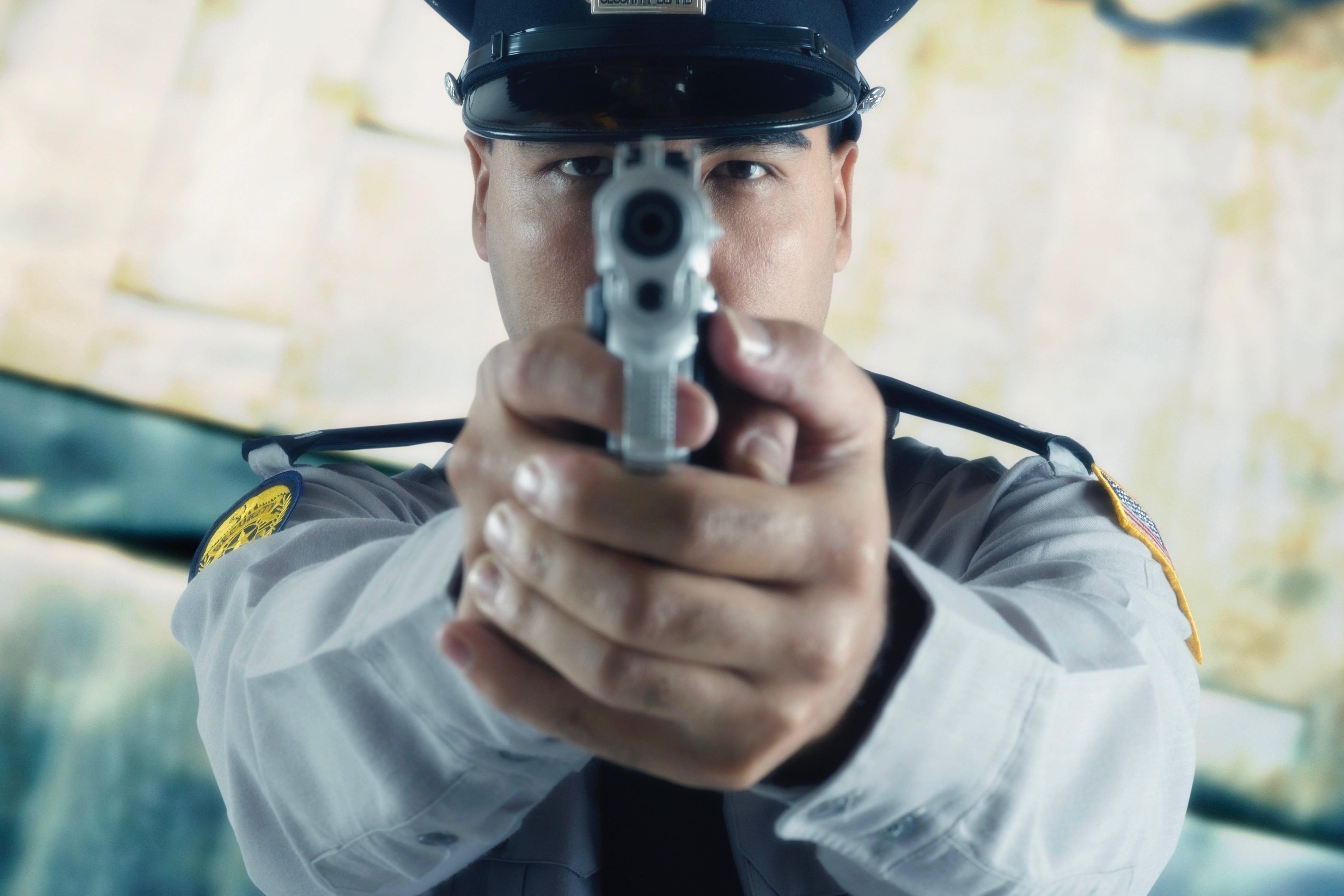 暴走車に警官が7発発砲し、運転の男に命中 「発砲は当然」「警察見直し ...