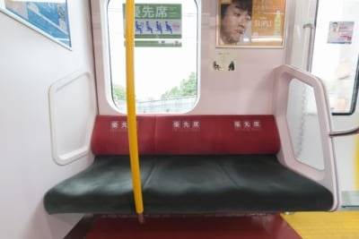 電車で松葉杖の人に席を譲ったら… 「隣にいた人の言葉」に絶句した