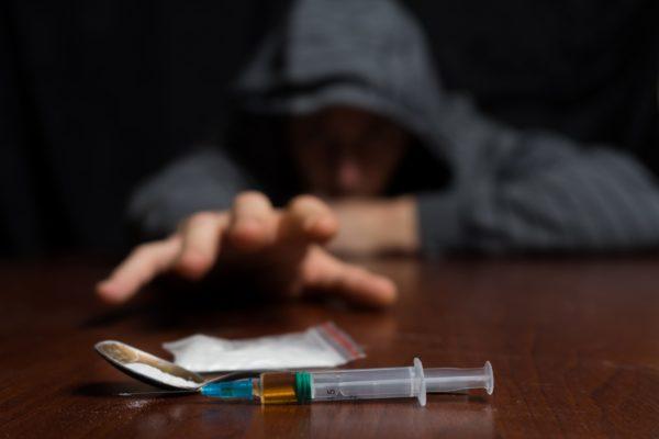 違法薬物を一度でも使ったことがある人の割合は… 誘惑に負けるのは若者 ...