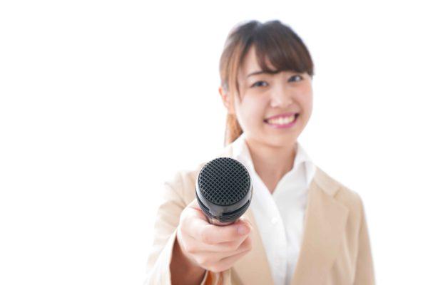 インタビューする女性
