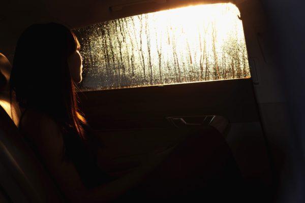 車にいる女性