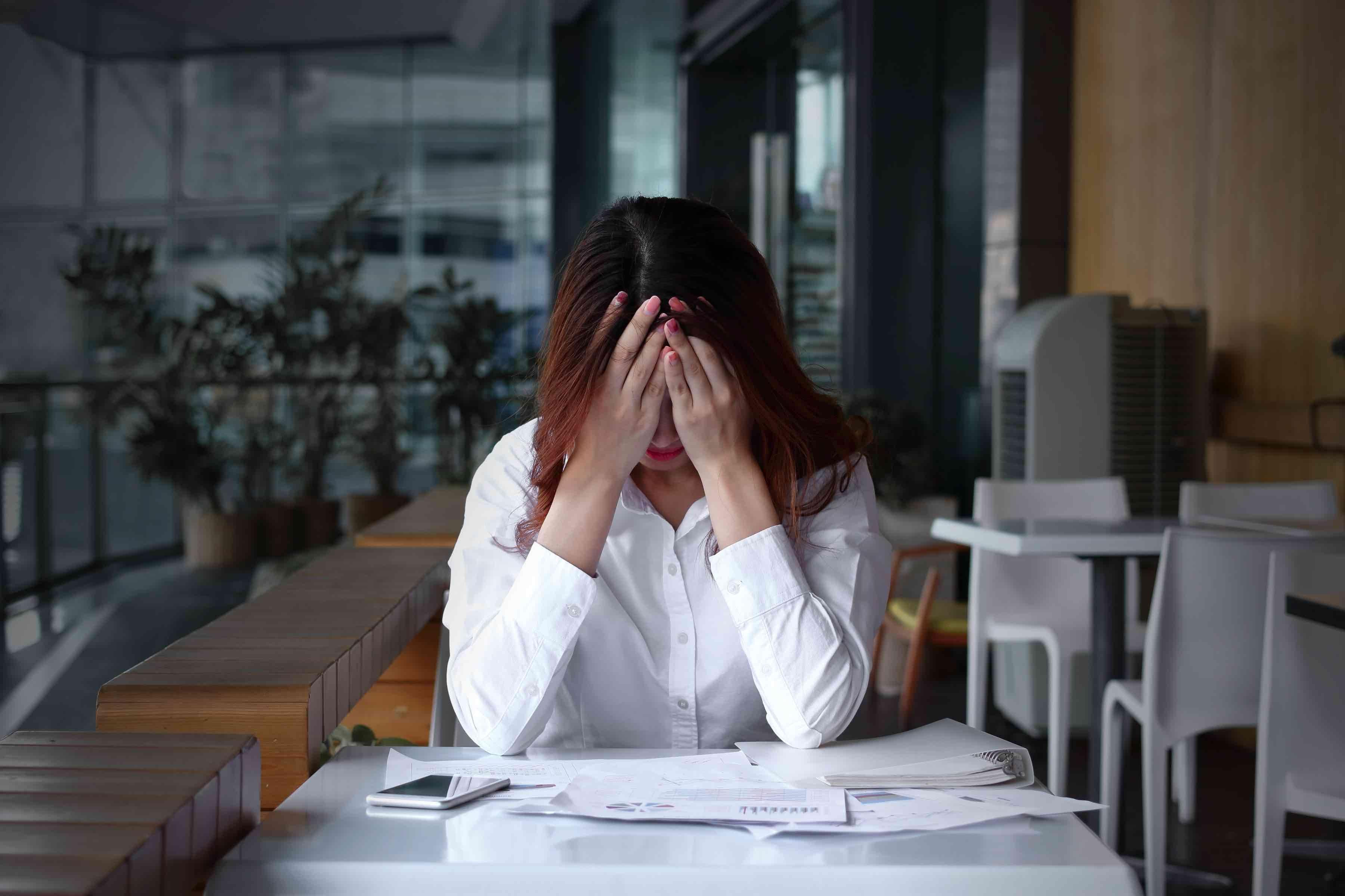 職場で悩む女性