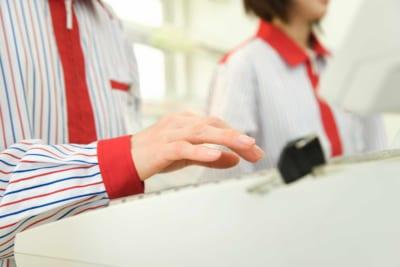 """マスクをした女性店員に客が大激怒 その""""理由""""を聞いて呆れた…"""