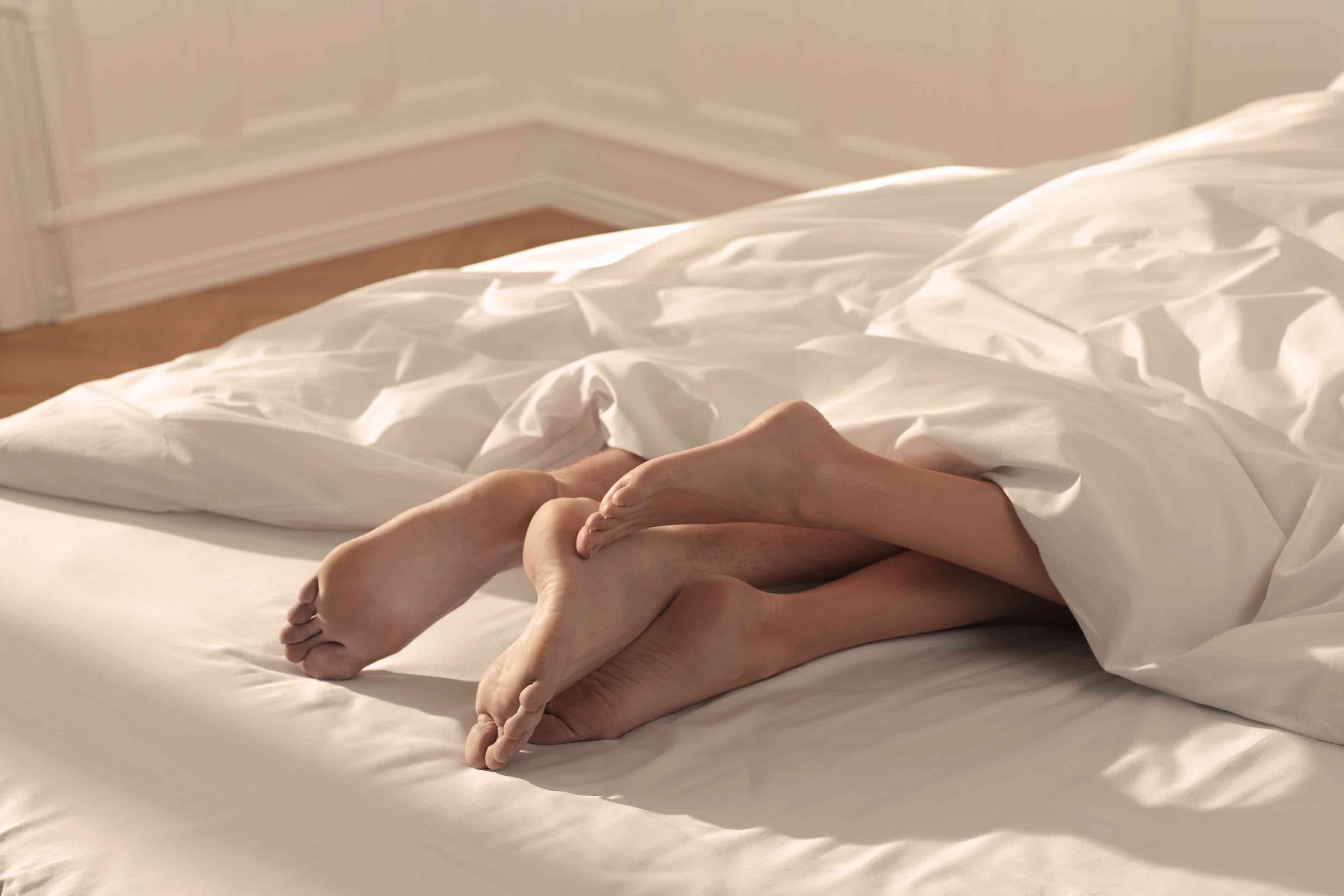 ベッドに入る男女