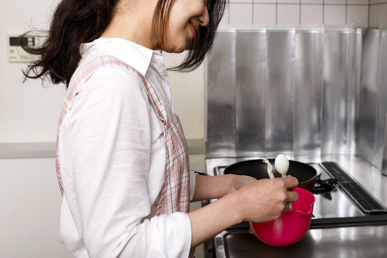 料理を作る妻