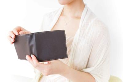 財布を見る女性