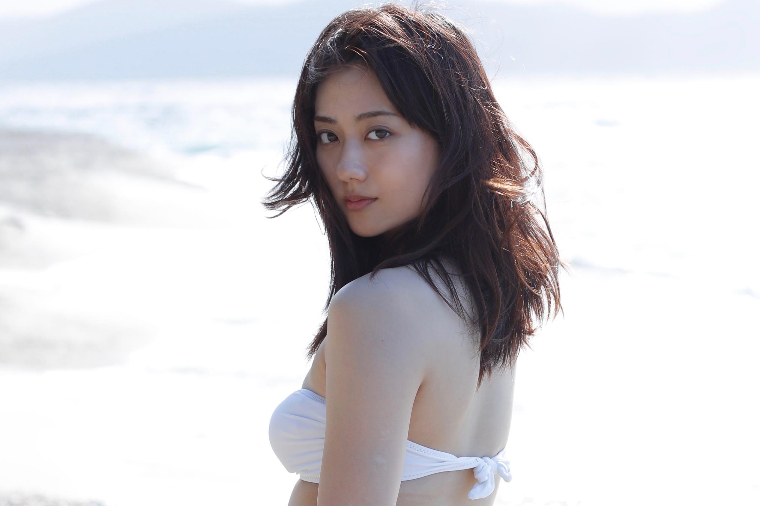 女優・奥山かずさが初の写真集で大胆露出 海辺で見せた「オトナの表情」は必見