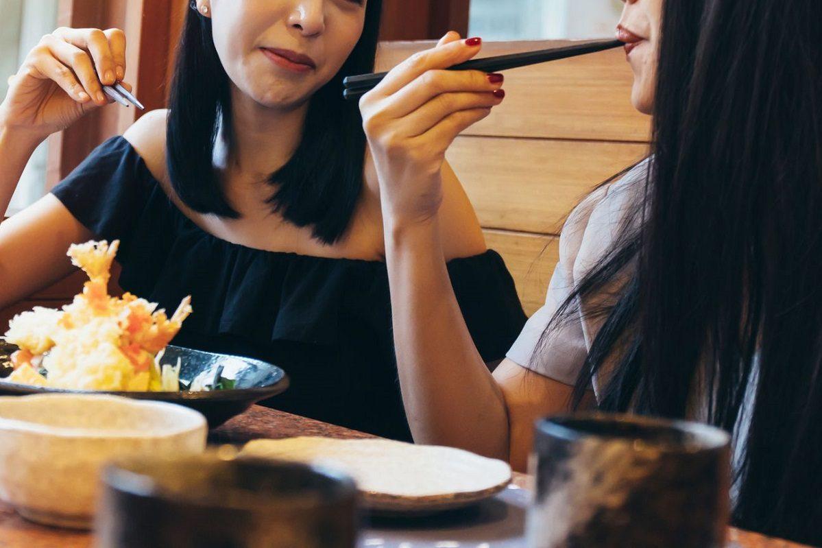 食事中の女性たち