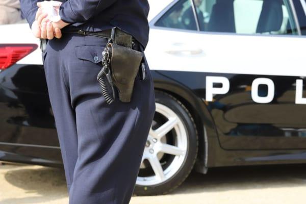 警察官が手錠をはめた女の胸を揉む 動画流出で署に苦情相次ぐ