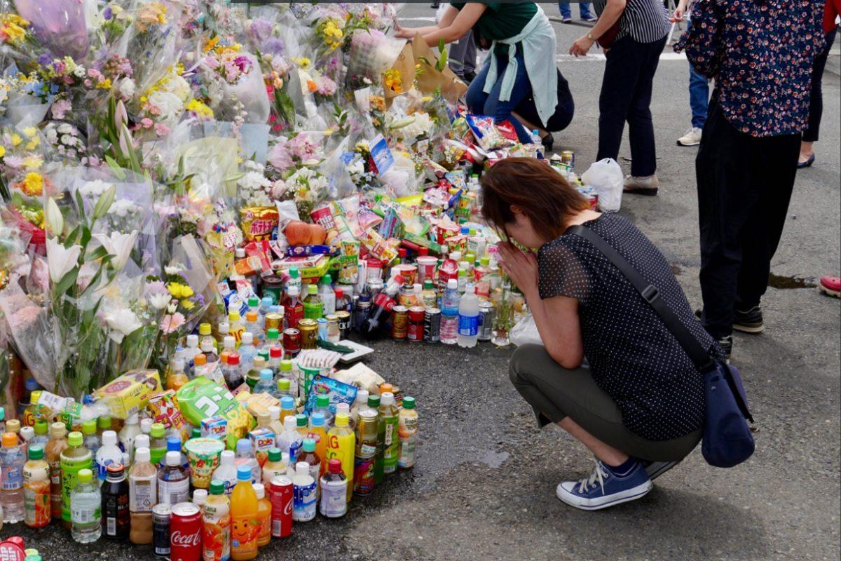 川崎刺傷、献花に訪れる人々