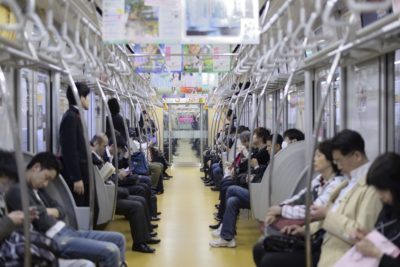電車で寝ていたら突然膝を叩かれ… 「目覚めたときの状況」にハッとした