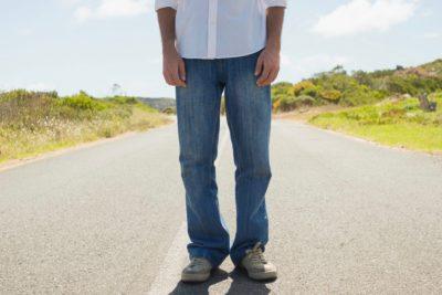 道路に立つ男性