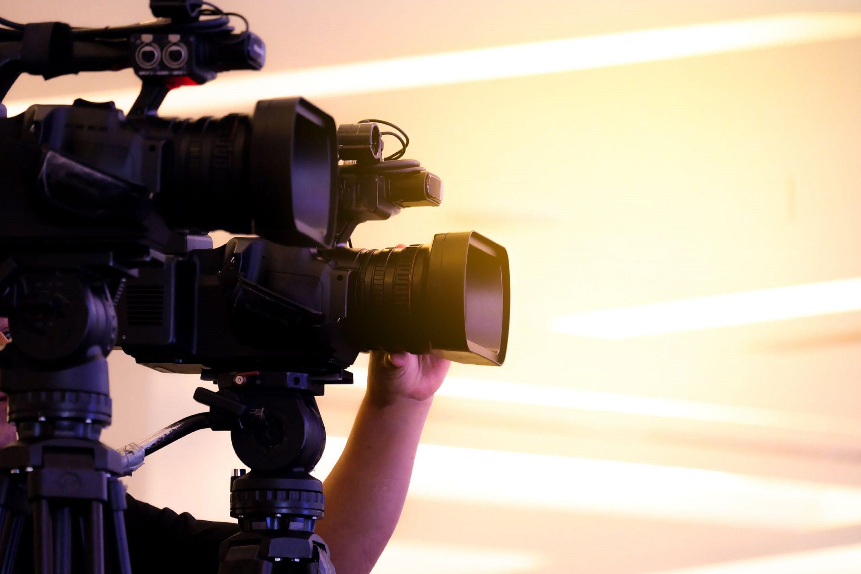 撮影中のテレビカメラ