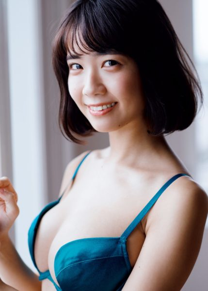 小倉優香、『週刊プレイボーイ』で魅せた悩殺グラビア 弾ける笑顔とバストに悶絶 – ニュースサイトしらべぇ