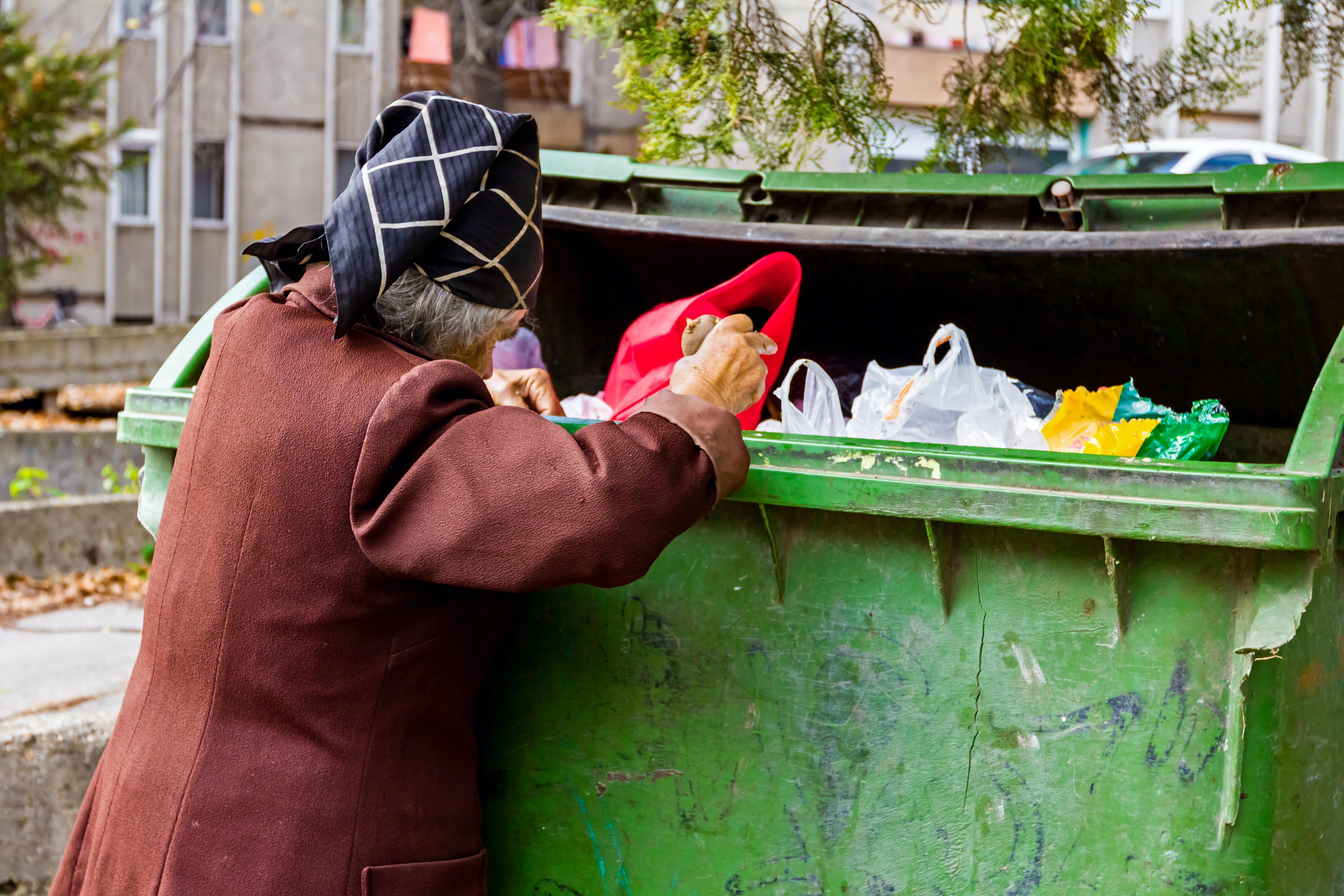 ゴミ箱漁り
