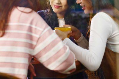 カフェにいる女性たち