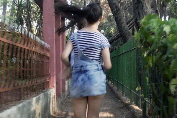逃げる女性