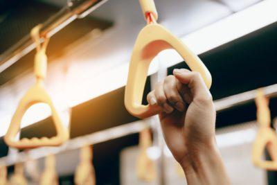 電車で中年男性にいきなり腕を掴まれた女性 「触らないで」と告げたら…