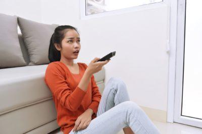 テレビ見る女性