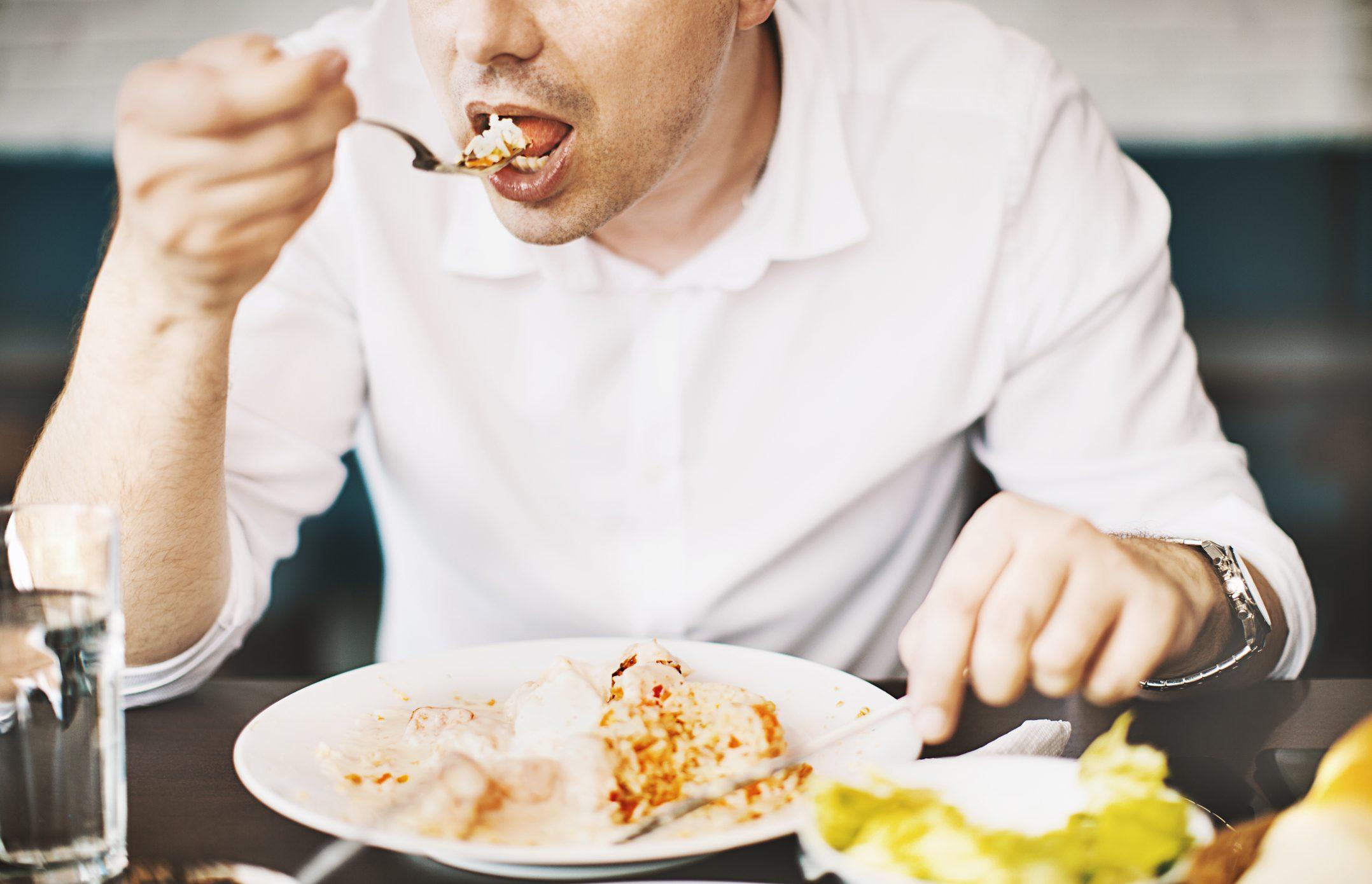 食事をする男性