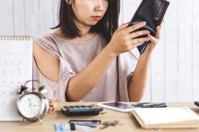 財布の中を覗く女性