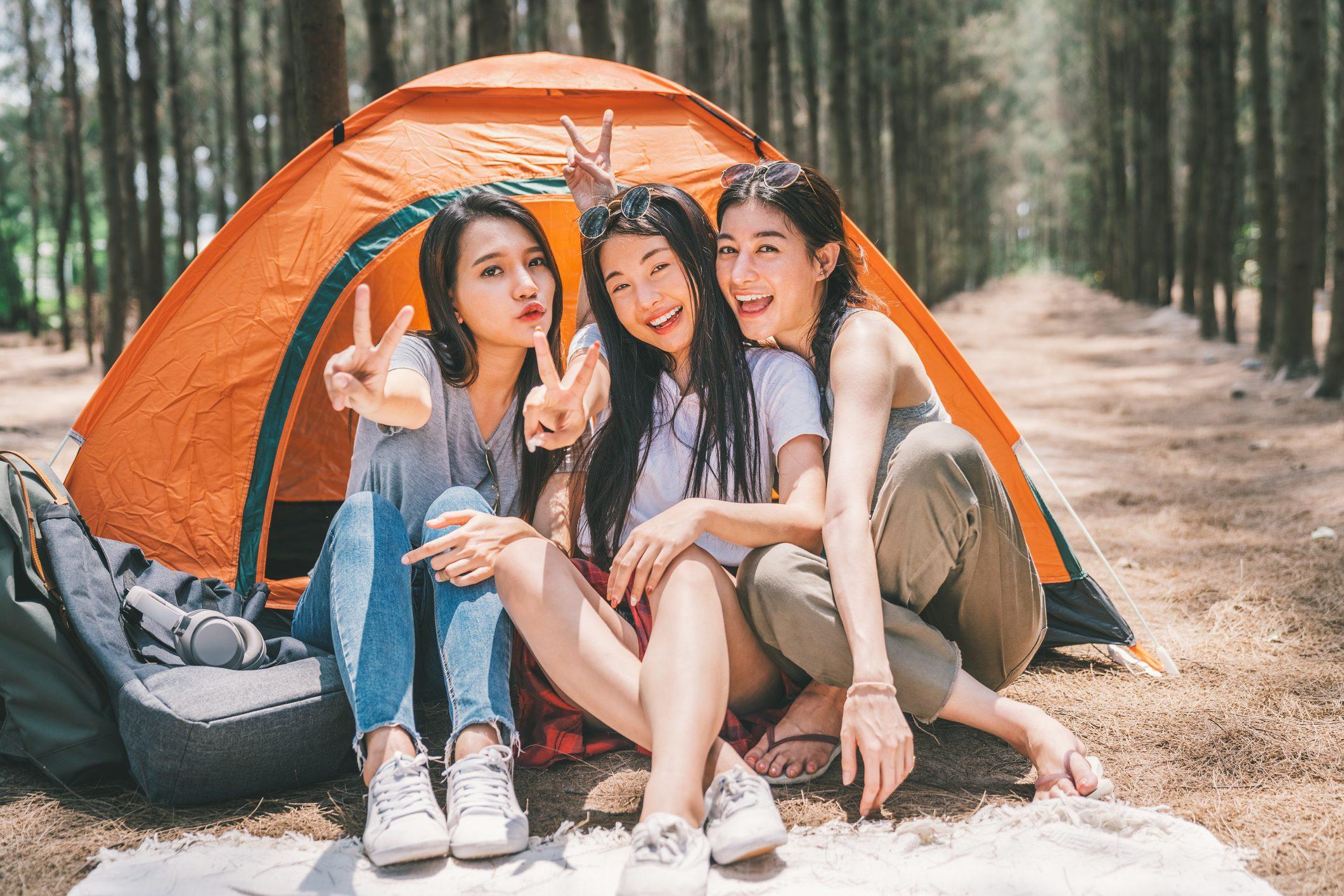キャンプする女性