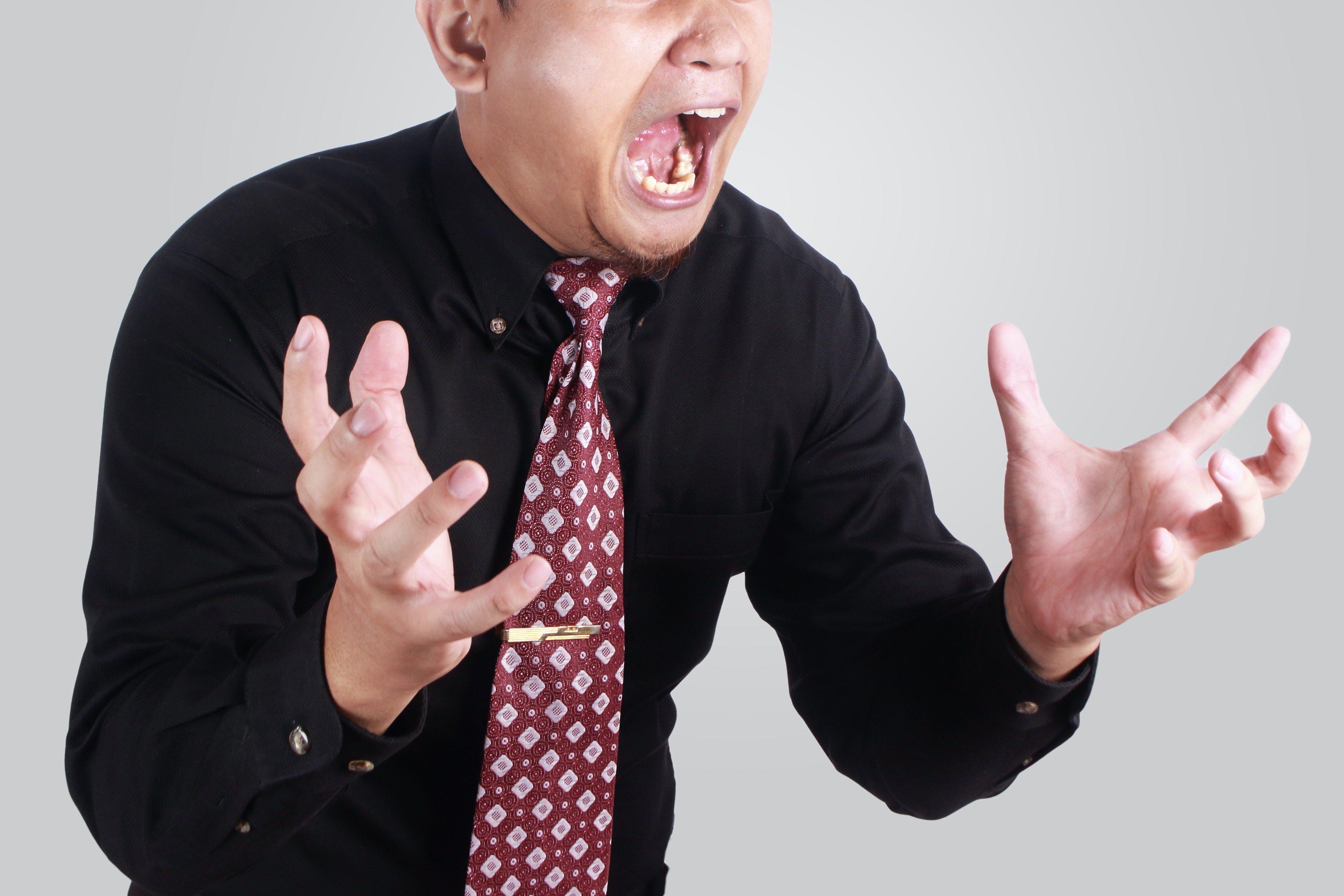 激怒する男性