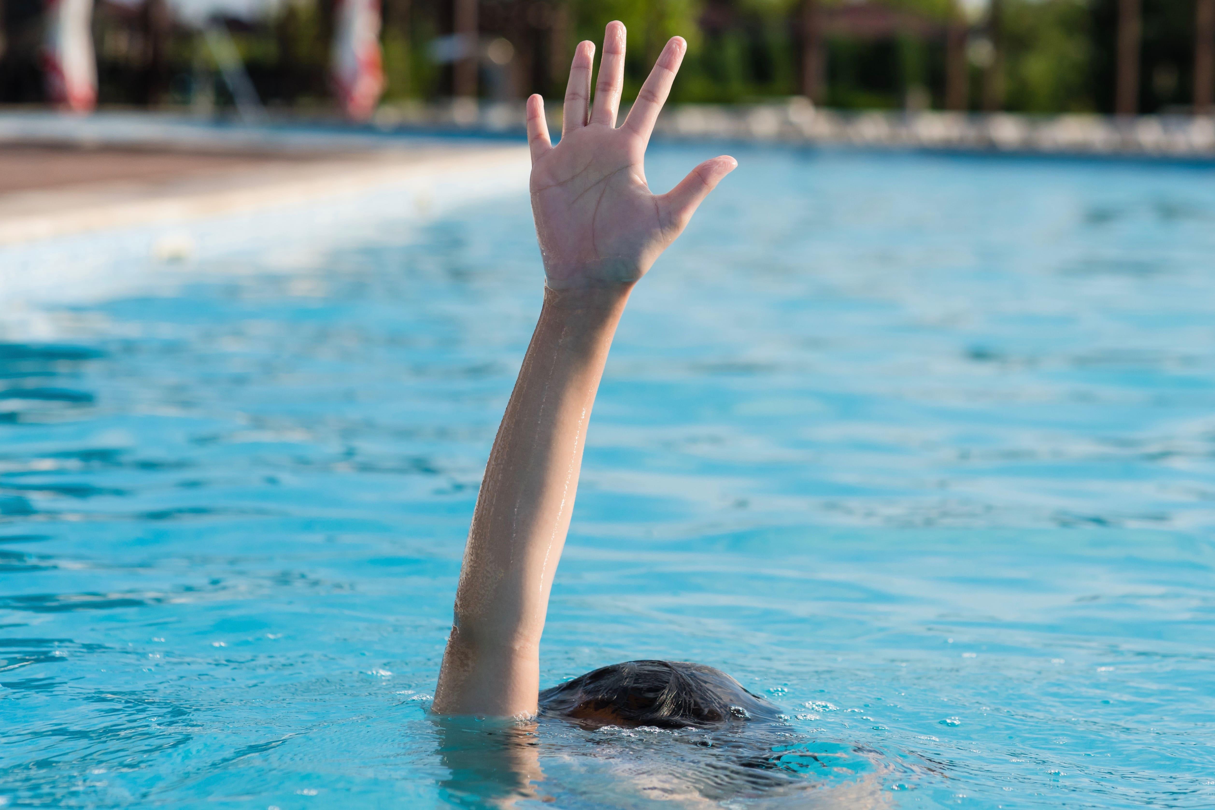 溺れる女性