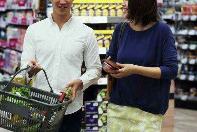 スーパーで買い物をする男女