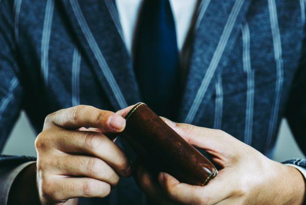 財布をとり出す男性