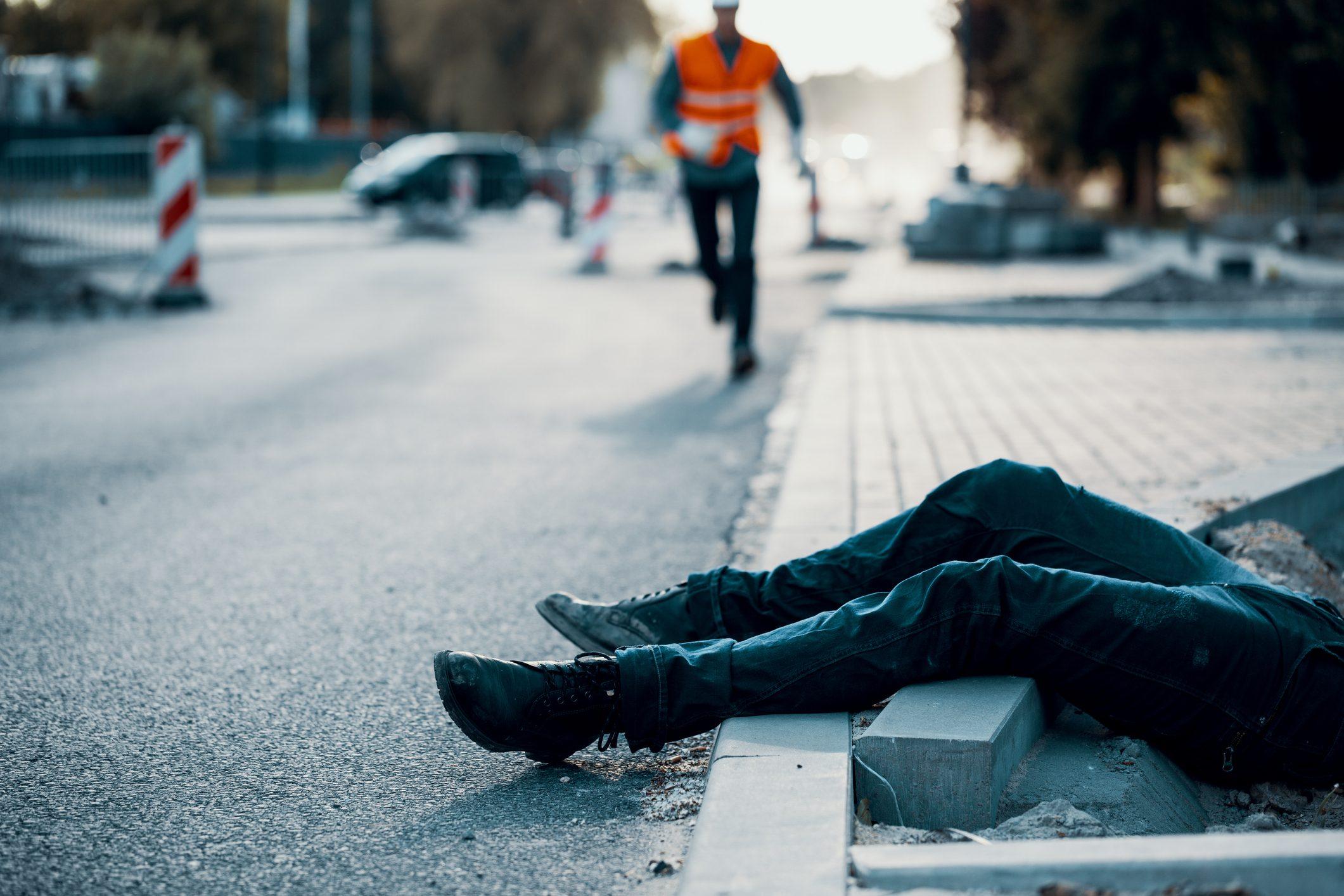 道路工事での事故の後に、通りに人を死んだ