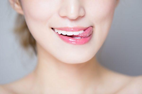 舌なめずり・女性