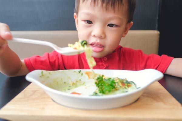 野菜食べる子供