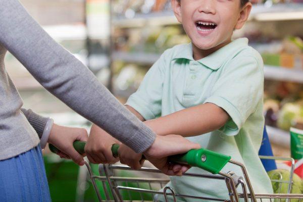 子供とスーパーで買い物していると… 女性客からとんでもない一言が