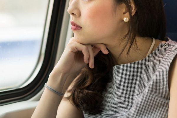 車窓を眺める女性