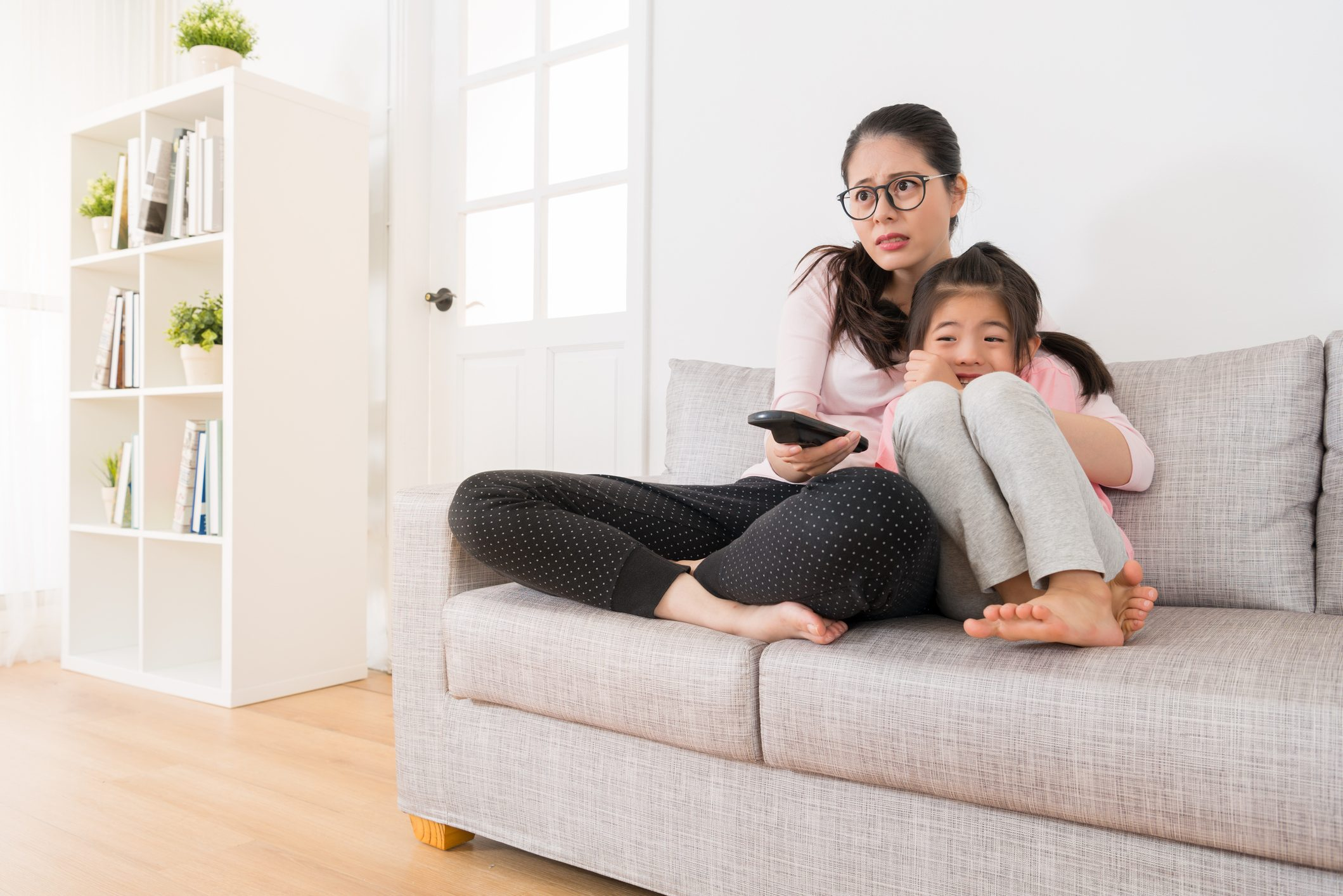 テレビ見る母子