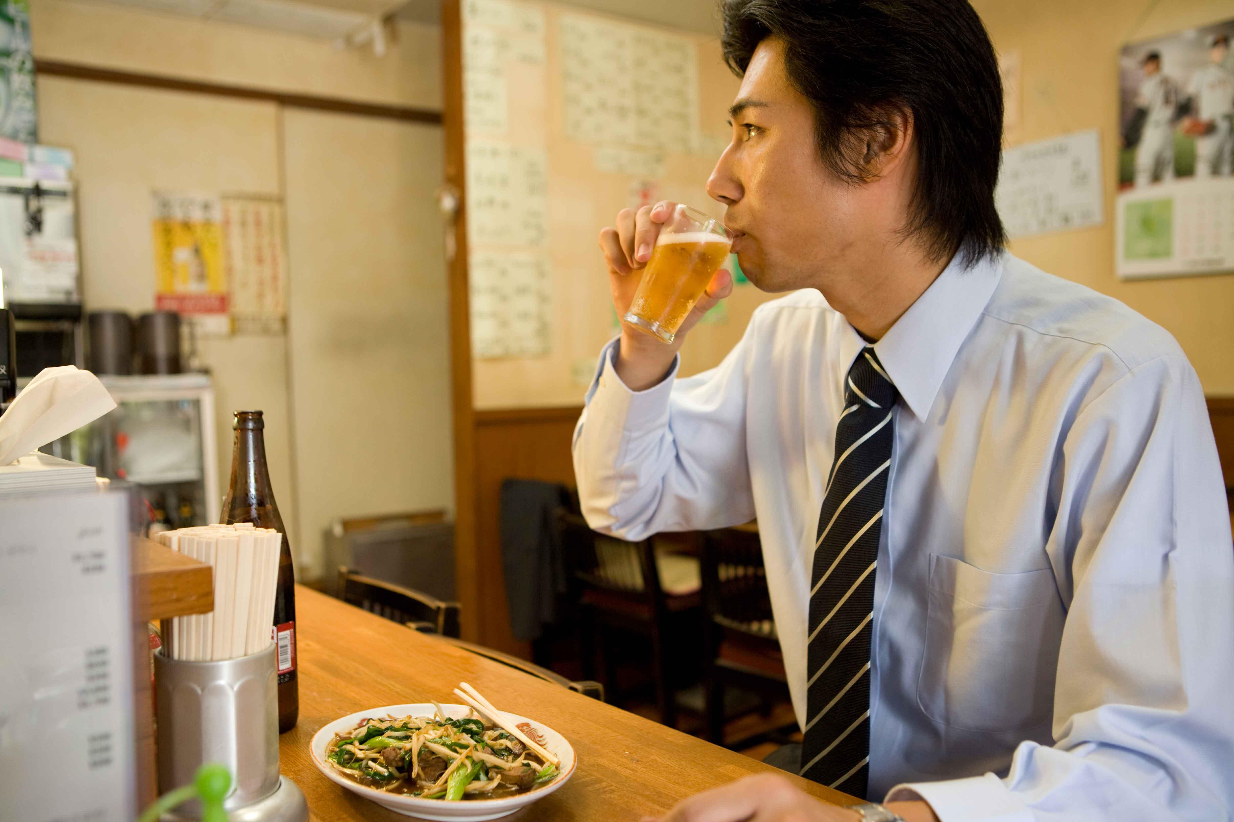 ビールを飲む男