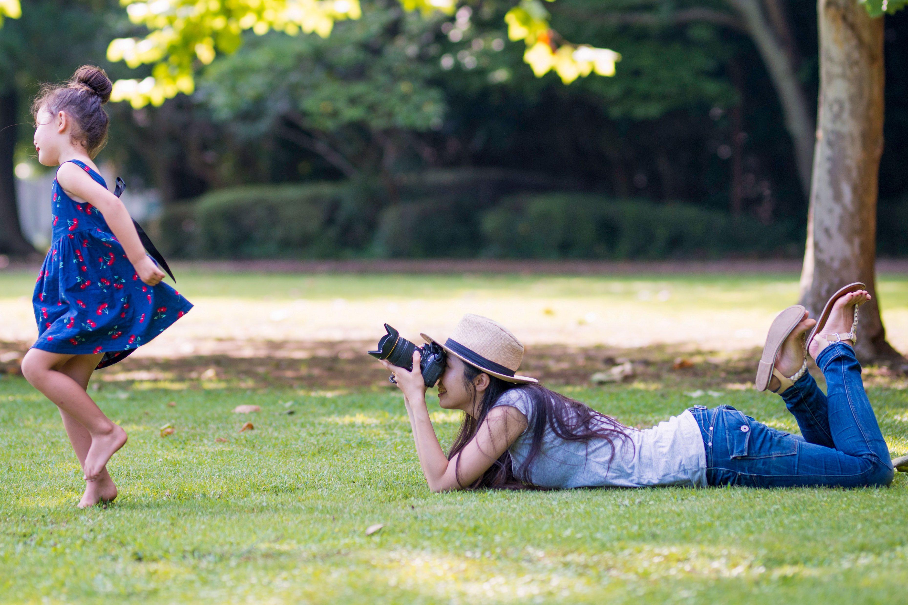 娘を撮影する母親