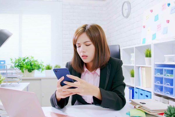 マッチングアプリから個人情報漏洩していると知って失望する女性
