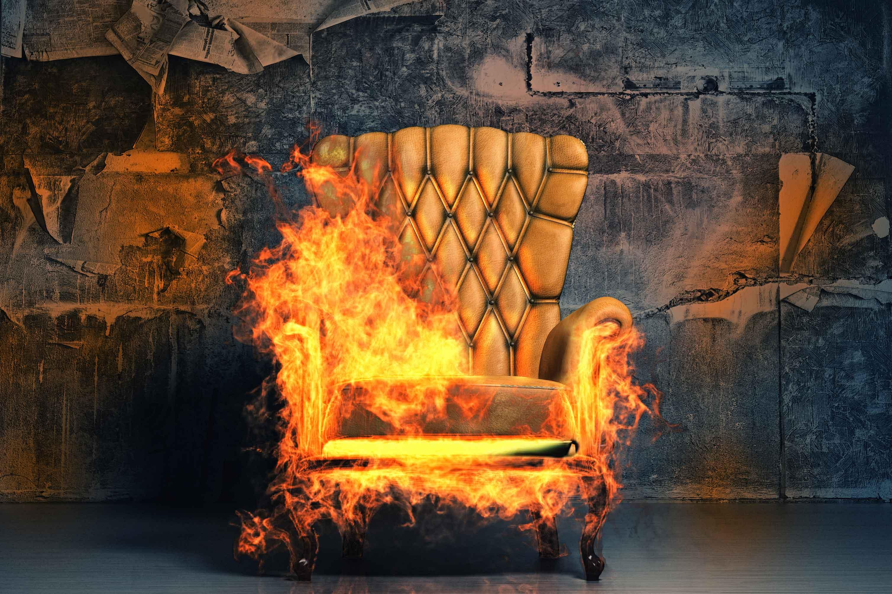 ソファに火を付ける