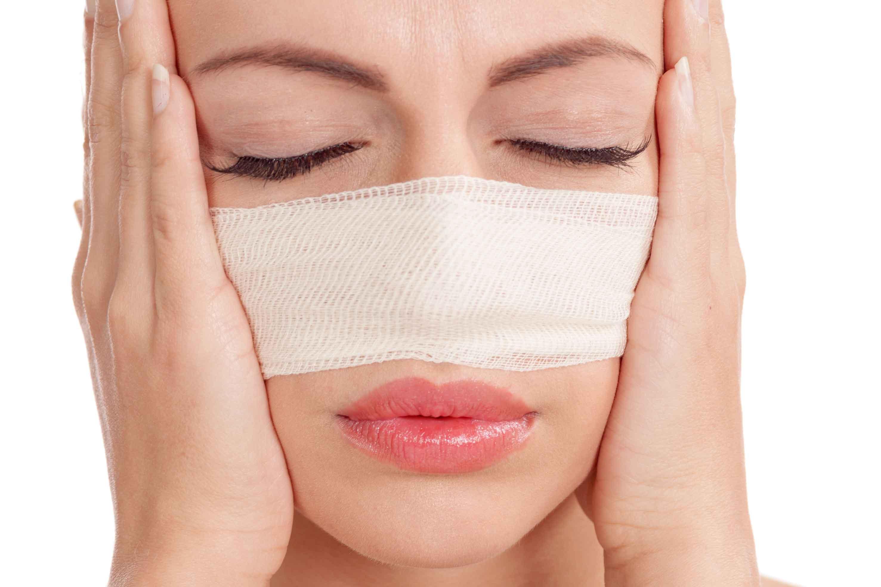 鼻をケガしている女性